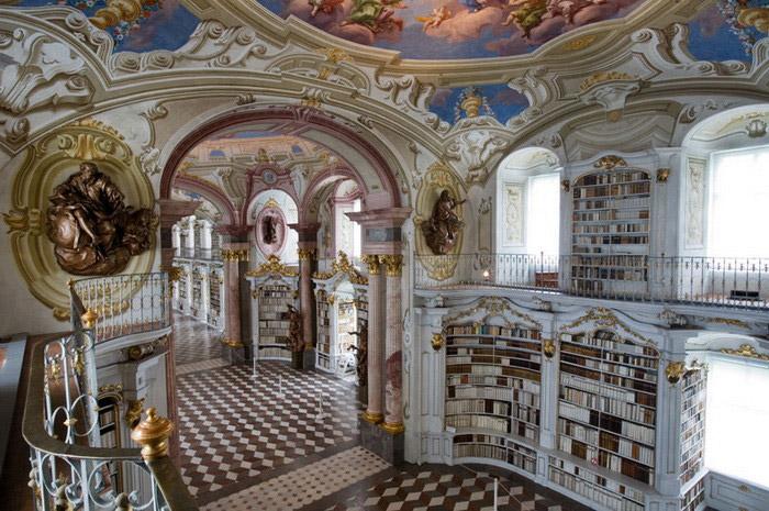 Читальный зал в библиотеке аббатства Адмонт (Австрия).
