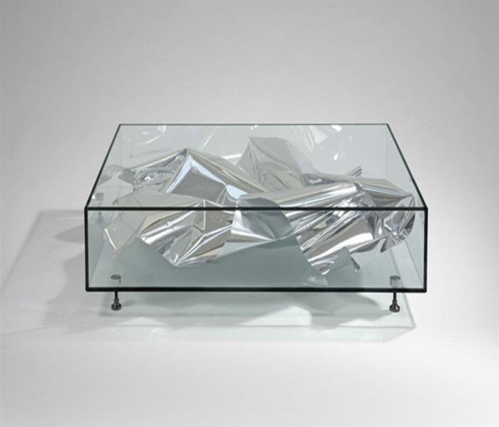Оригинальный журнальный столик из стекла.