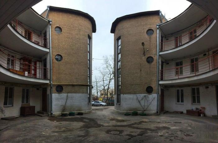 Дом оказался не совсем круглым, но ровных углов и стен в квартирах все равно нет (Таганрог). | Фото: arzamas.academy.