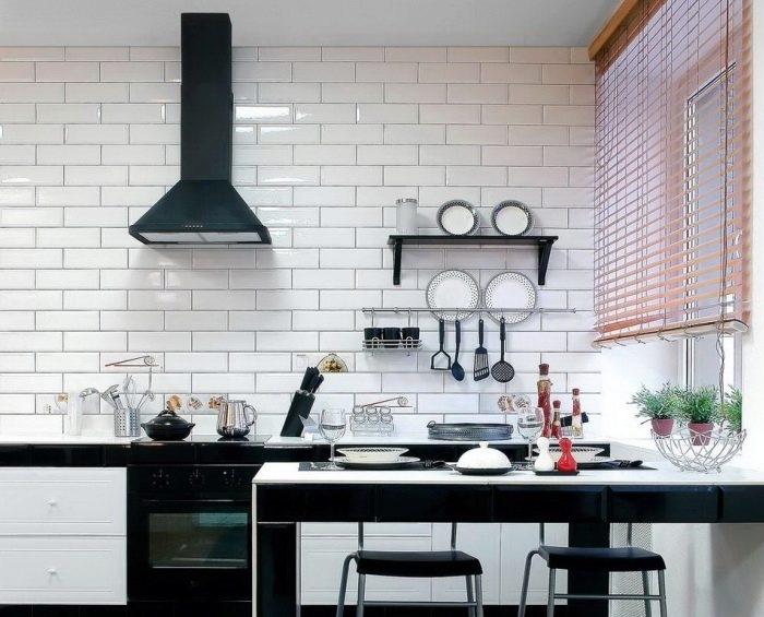 Оригинальное оформление керамической плиткой всей рабочей стены.