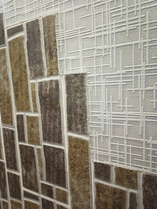 Идея создавать панно из керамической плитки вровень со стеной, оказалась не очень практичной и эстетичной. | Фото: moydomovoy.com.