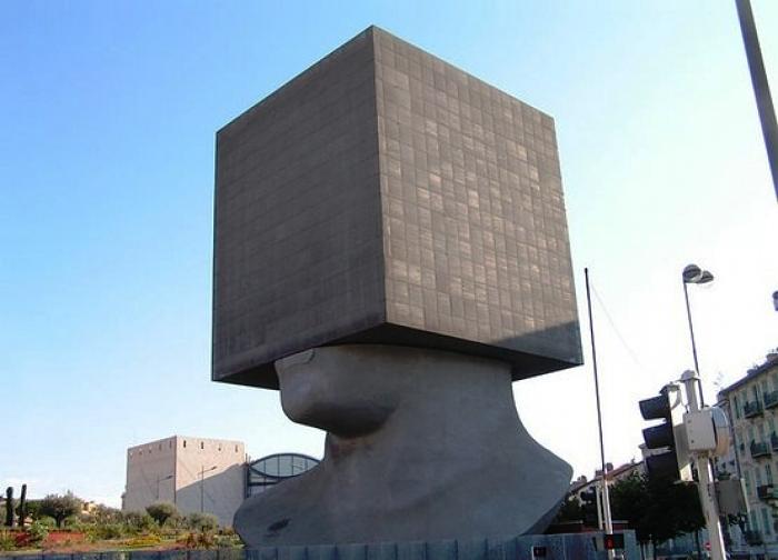Необычная библиотека Луи Нюсера в Ницце (Франция).