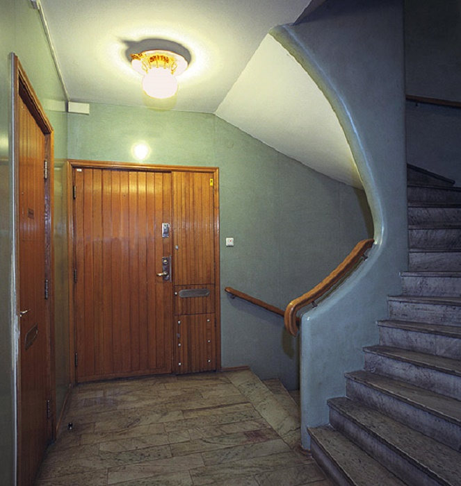 Традиционное оформление подъездов в жилых домах типа lamellhus, построенных в 60-х гг. прошлого века. | Фото: sofiasfasadblogg.wordpress.com.