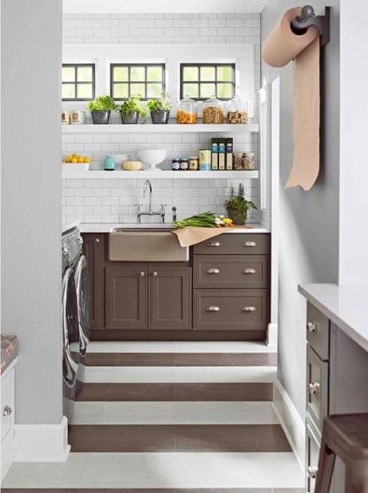Если кухня узкая, то ламинат или паркетную доску следует укладывать поперек комнаты. | Фото: kitchendecorium.ru.
