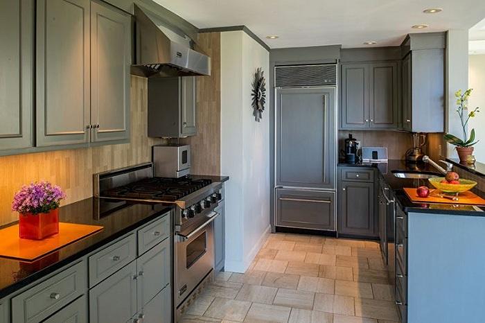 Контрастное сочетание серого и черного сделает интерьер кухни очень стильным.