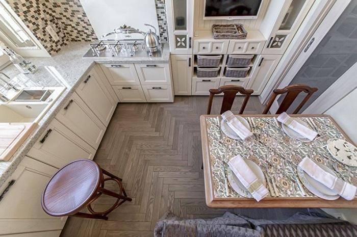 Даже расположение и цвет ламината на полу способны зрительно увеличить пространство.