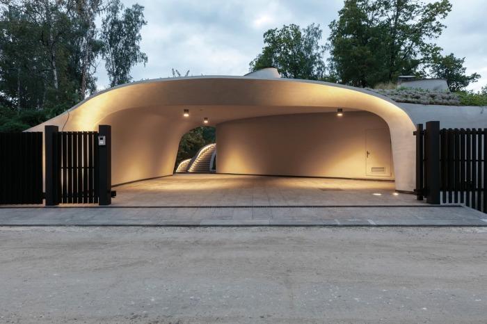 Даже въезд на территорию особняка «Дом в ландшафте» выглядит как вход в пещеру. | Фото: design-mate.ru.