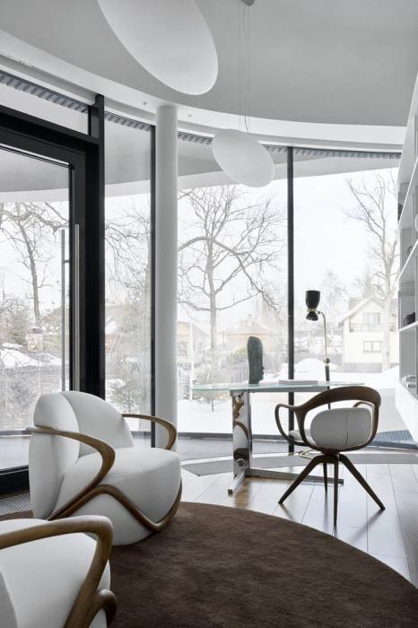 Только окна лаунж-зоны выходят к соседям, остальные комнаты скрыты от людских глаз («Дом в ландшафте», Подмосковье). | Фото: design-mate.ru.