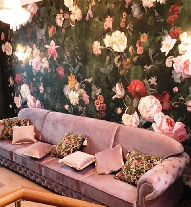Лиловая велюровая мягкая мебель стала украшением кухни-гостиной. | Фото: remont-samomy.ru.