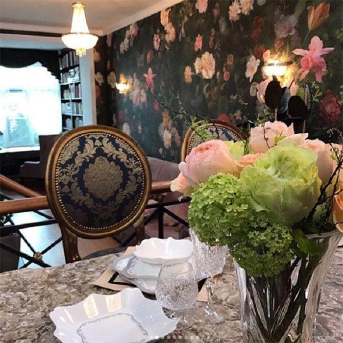 Антикварная мебель и раритетные элементы идеально вписались в обновленный интерьер. remont-samomy.ru.