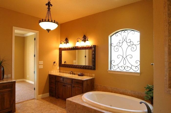 Можно повесить люстру или разместить под потолком оригинальные светильники.