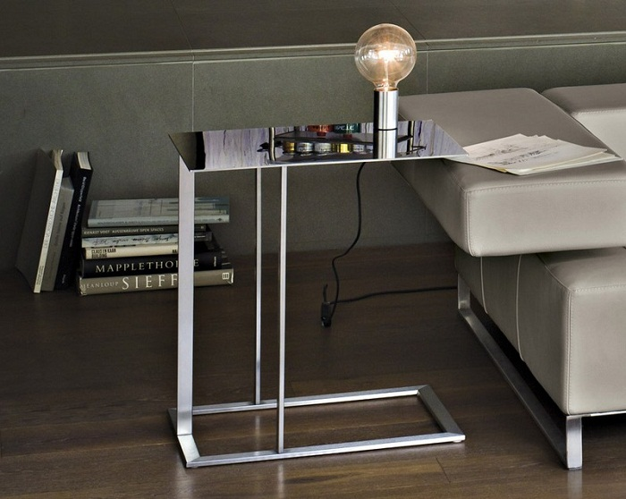 Приставной столик можно расположить вплотную к подлокотнику или над ним. | Фото: domechti.ru.