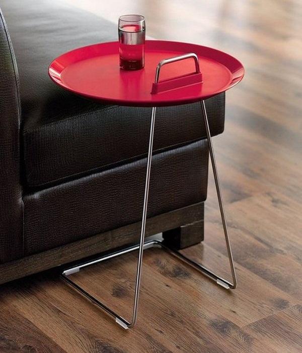 Приставной стол может стать ярким дополнением к интерьеру. | Фото: dekoriko.ru.