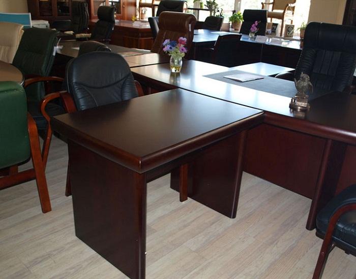 Для кабинета руководителя идеально подойдет приставной стол из массива натурального дерева. | Фото: dekoriko.ru.
