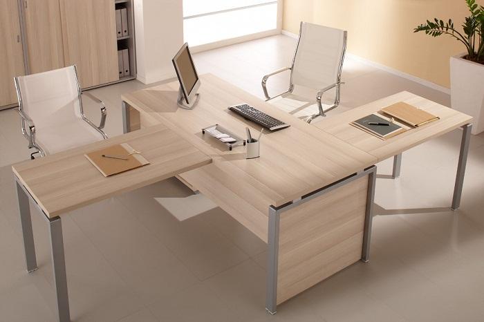 Вариант офисных приставных столов. | Фото: dekoriko.ru.