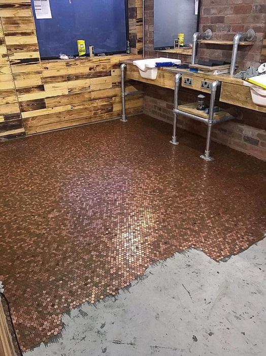 Целую неделю сотрудники салона клеили монетки на пол (Барбершоп BS4, Великобритания).