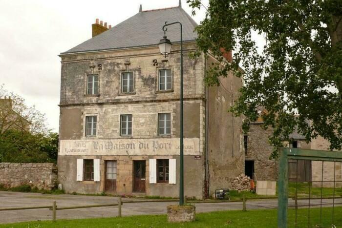 Эта гостиница вдохновила художника на создание неординарной инсталляции (Франция, Лаво-сюр-Луар). | Фото: travelask.ru.