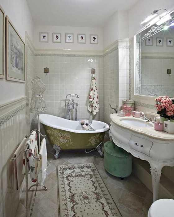 Дворцовый стиль в интерьере крошечной ванной может только развеселить.   Фото: tulatrud.ru.