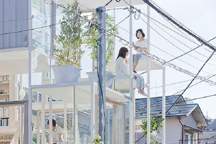 В доме очень много солнечного света, но уединиться не удастся (House Na, Токио).