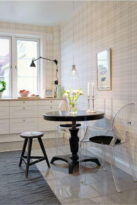 Стеклянная мебель идеально подходит для крошечной кухни. | Фото: kitchendecorium.ru.