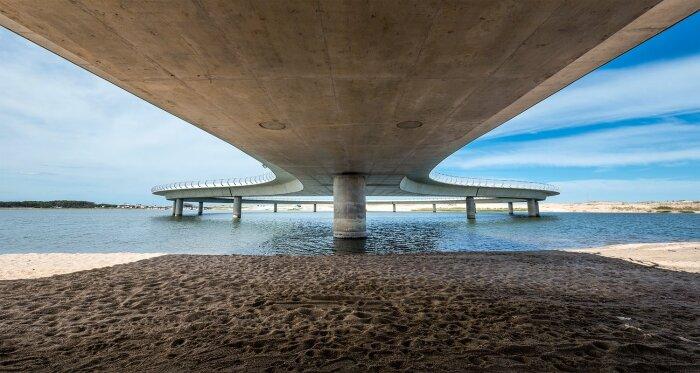Пространство под мостом тоже может быть привлекательным (Laguna Garzon Bridge, Уругвай). | Фото: viajes.nationalgeographic.com.es.