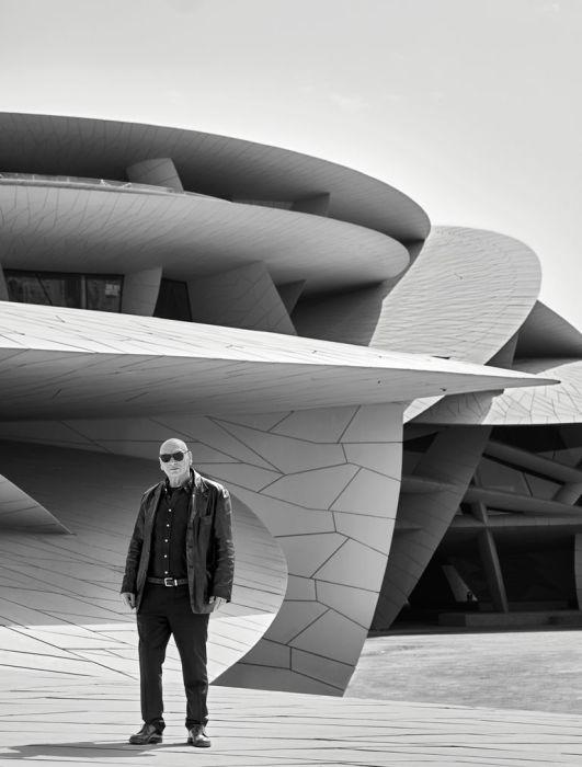 Архитектор Жан Нувель возле Национального музея Катара в Дохе. | Фото: elledecor.com.