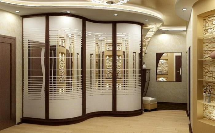 Оригинальный шкаф только украсит интерьер.