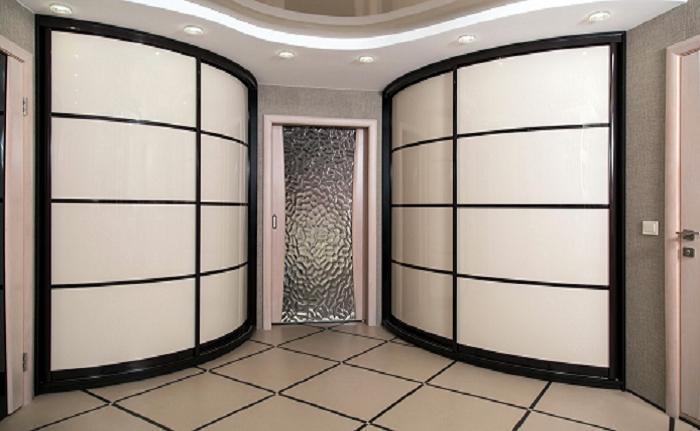 Угловые шкафы между комнатами сэкономят очень много места.