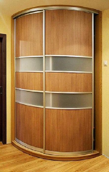 Радиусный шкаф-купе для маленькой прихожей.