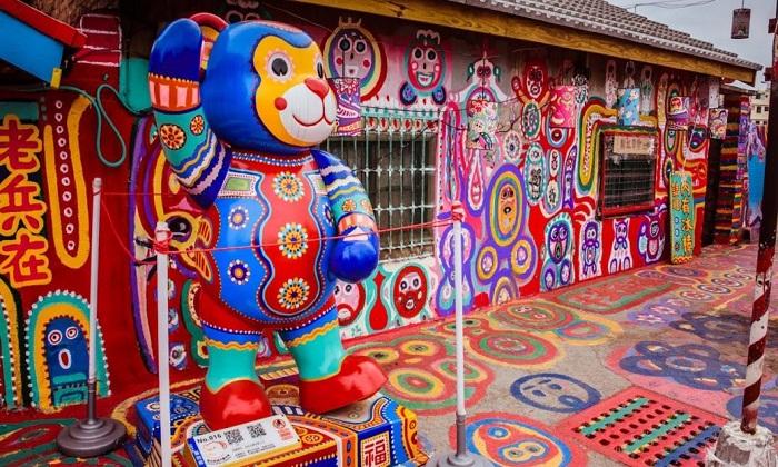 Мультяшные персонажи и киногерои нарисованы не только на стенах, но и сделаны настоящие фигурки (Rainbow Village, Тайвань).