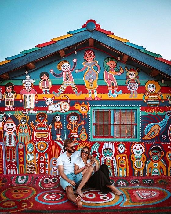 Снимки на фоне фантастических домов получаются очень красивыми и романтическими (Rainbow Village, Тайвань).