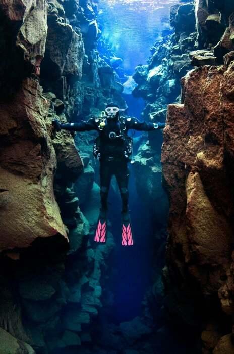 В подводном ущелье Сильфра удастся поплавать между Америкой и Европой и даже одновременно прикоснуться к континентам руками (Thingvellir). | Фото: pointeresam.ru.