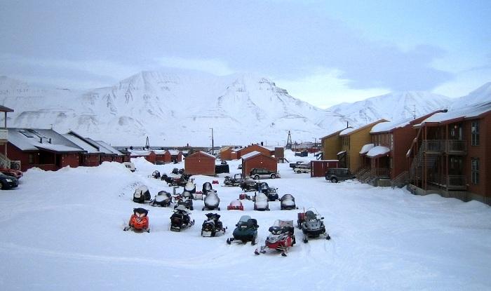 Зимой все жители и туристы передвигаются на снегоходах (Лонгйир, Норвегия).