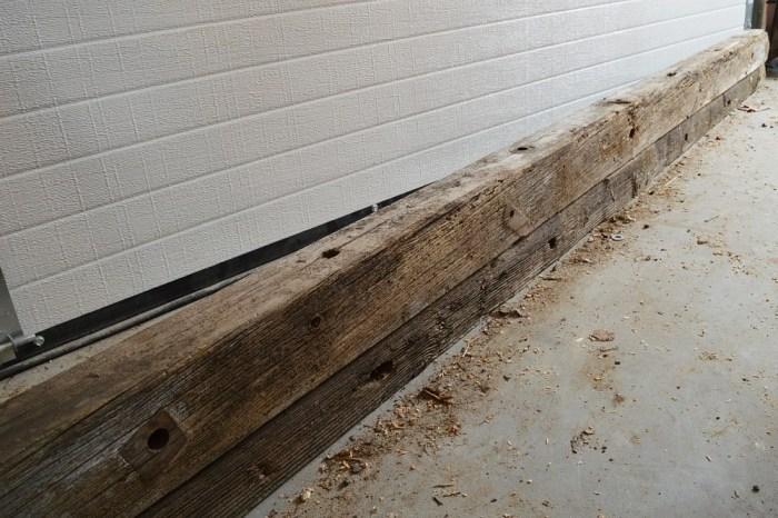 Деревянные подпорки хоть и имеют неприглядный вид, но еще годны для создания столешницы. | Фото: thevanderveenhouse.com.