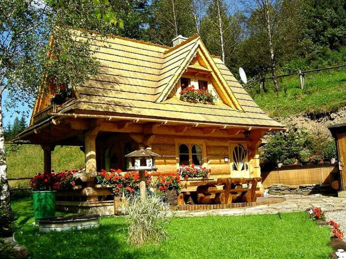 В летнюю пору бревенчатый домик особенно хорош («Stunning Gate Lodge»). | Фото: stiri.magazinuldecase.ro.