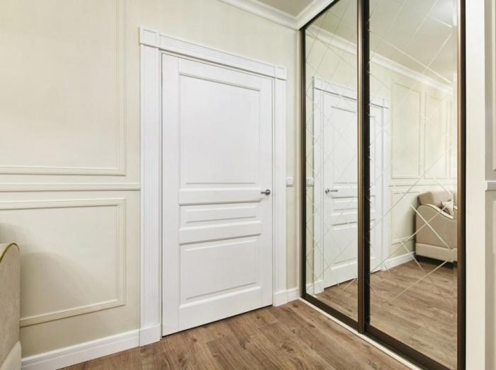 Чтобы визуально увеличить прихожую, фасад шкафа-купе сделали зеркальным. | Фото: fashion-int.ru.