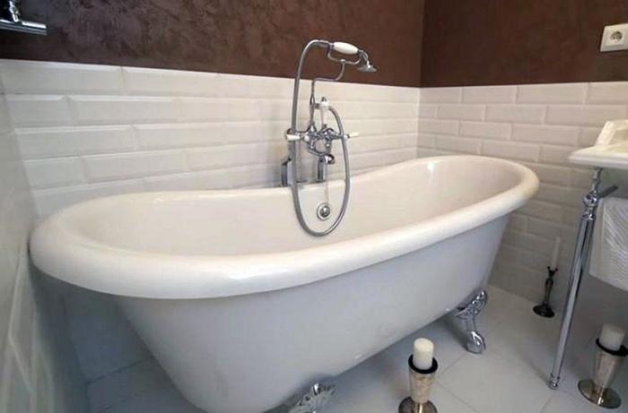 Отдельно стоящая ванна на ножках – мечта любителей релакса.