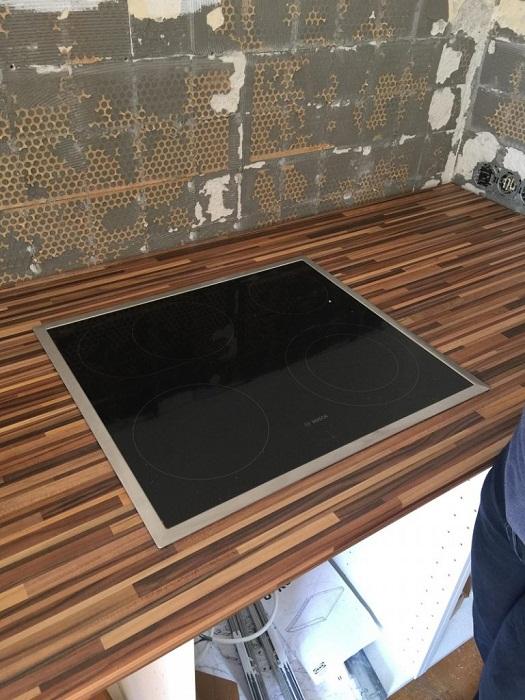 На обновленной кухне установили современную варочную поверхность из стеклокерамики.