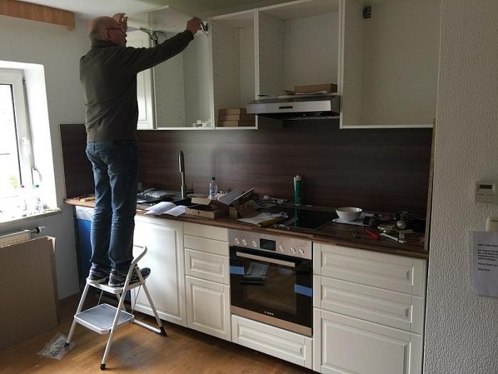 Приобрели бюджетную мебельную стенку и собирали ее сами.