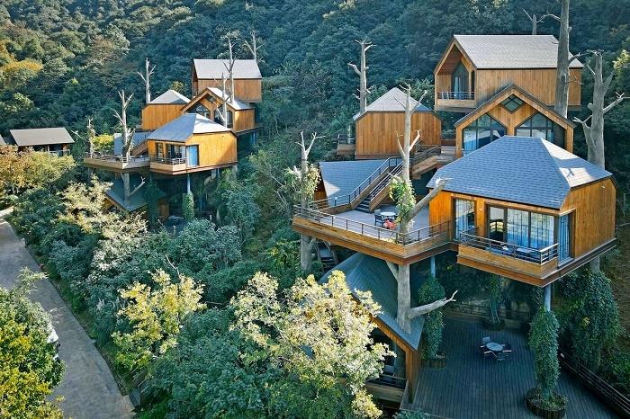 Все коттеджи закреплены под разными углами вокруг центральной террасы, на которой обустроена общая зона отдыха (Tree House, Ханчжоу). | Фото: archdaily.com.