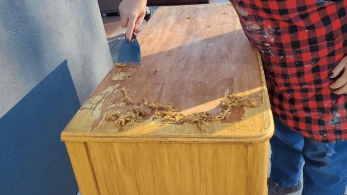 Снять размягченное растворителем лакокрасочное покрытие можно с помощью металлического шпателя. | Фото: cpykami.ru.