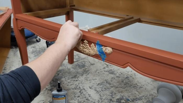 После покраски на свободные от рисунка элементы можно приклеить молдинги. | Фото: samodelkino.info.