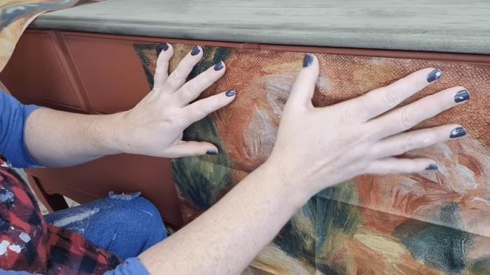 Для того, чтобы рисунок получился целостным, лучше сделать распределение узора на сухом материале. | Фото: cpykami.ru.