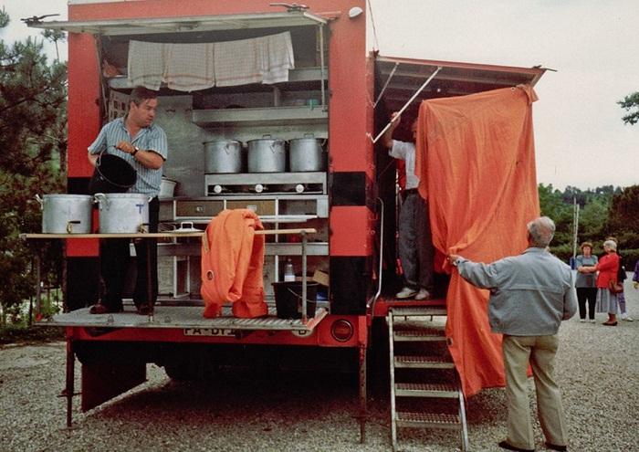 Общая кухня для пассажиров-постояльцев отеля на колесах Rotel Tours.