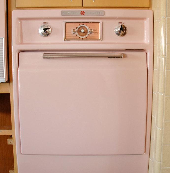 Яркий прототип встроенной мебели на кухне. | Фото: demilked.com.