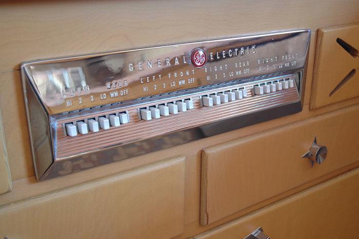 Панель управления на электропечи достойна кабины пилота реактивного самолета. | Фото: demilked.com.