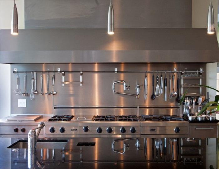 Кухня, оформленная в стиле hi-tech (фартук из нержавеющей стали).