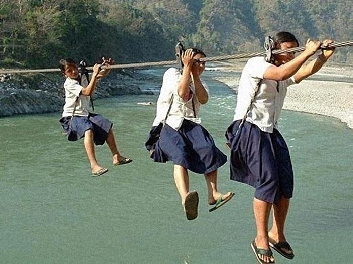 По такому тросу дети добираются в школу.