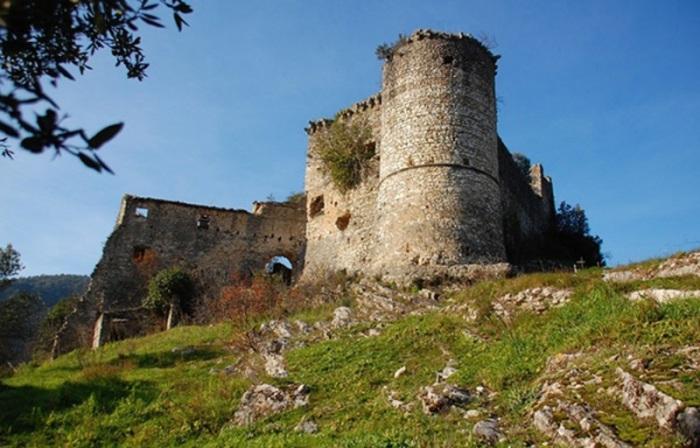 В некоторых коммунах Италии можно даже стать счастливым обладателем старинной крепости или замка. | Фото: italia-ru.com.