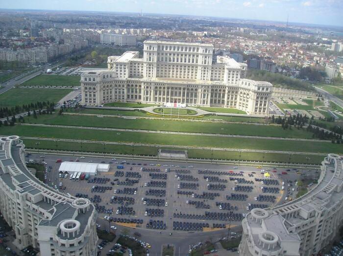 В главном административном здании заседают Парламентские палаты и Конституционный суд, также открыт музей современного искусства (Palatul Parlamentului, Румыния). | Фото: realt.onliner.by.